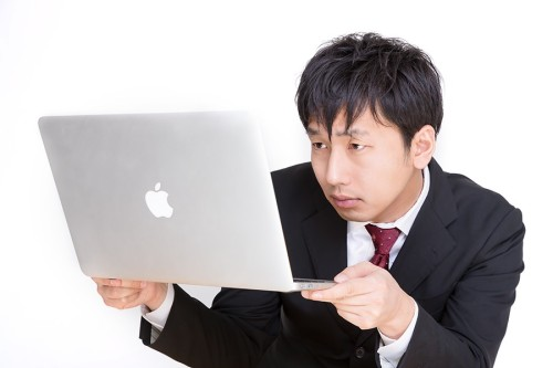 パソコンを読む男性